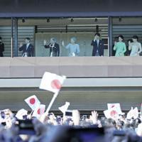 新年一般参賀で、手を振られる天皇ご一家=皇居・宮殿で2019年1月2日、小川昌宏撮影