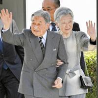 鹿児島県を訪問し、屋久島、与論島、沖永良部島を巡られた前の天皇、皇后両陛下=屋久島空港で、野田武撮影