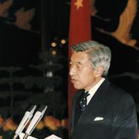楊尚昆主席主催の夕食会でおことばを述べられる前の天皇陛下=中国・北京の人民大会堂で1992年10月23日、代表撮影