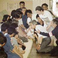 雲仙・普賢岳の火砕流の被災者に見舞いの言葉をかけられる前の天皇、皇后両陛下=長崎県島原市の島原第1小学校で 1991年7月10日、関口純撮影