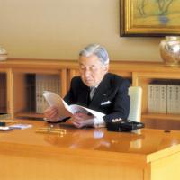 宮殿で執務される前の天皇陛下=2013年11月8日、宮内庁提供