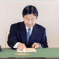 海外訪問中の前の天皇陛下に代わり、国事行為臨時代行の執務をされる新天皇陛下=皇居・宮殿で2017年3月3日、宮内庁提供