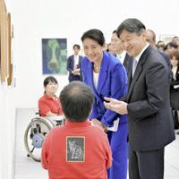 大分県立美術館を訪問し、障害者の作品を鑑賞される新天皇、皇后両陛下=大分市で2018年10月6日、代表撮影