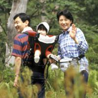 愛子さまを背負い、湿原を歩かれる新天皇、皇后両陛下=栃木県・沼原湿原で2002年8月16日、武市公孝撮影