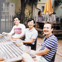 英オックスフォードのパブで、友人たちとビールを飲んでくつろがれる新天皇陛下=1986年7月(大谷さん提供)