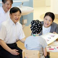 視察先の病院で子どもと話される新皇后雅子さま=神戸市中央区で2018年8月4日、梅田麻衣子撮影