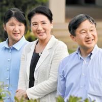 那須御用邸を散策される新天皇ご一家=栃木県那須町の那須御用邸で2018年8月25日、代表撮影