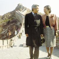 中国を訪問中、万里の長城を見学された前の天皇、皇后両陛下=北京市郊外で(代表撮影)