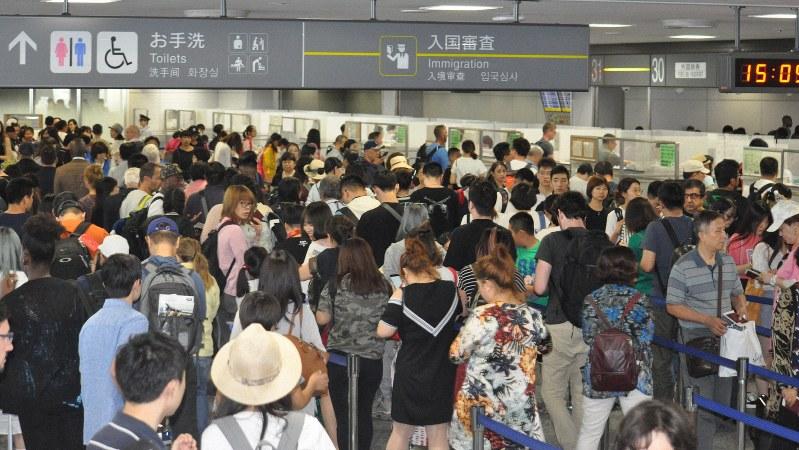 海外からの客で混雑する、成田空港の入国審査場