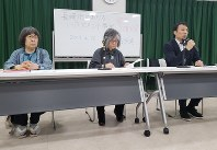 Akira Minami, right, president of the Japan Federation of Newspaper Workers' Unions, speaks at a news conference in Tokyo's Bunkyo Ward on April 25, 2019, while lawyers for the plaintiff listen. (Mainichi/Satoko Nakagawa)
