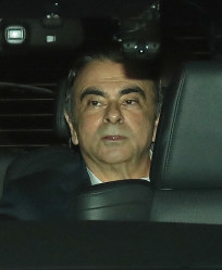 Former Nissan Motor Co. Chairman Carlos Ghosn leaves the Tokyo Detention House in Tokyo's Katsushika Ward shortly before 10:30 p.m. on April 25, 2019. (Mainichi/Masahiro Ogawa)