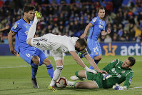 Getafe's goalkeeper David Soria, right, saves on an attempt to score by Real Madrid's Karim Benzema, second left, during a Spanish La Liga soccer match between Getafe and Real Madrid at the Alfonso Perez stadium in Getafe, Spain, on April 25, 2019. (AP Photo/Bernat Armangue)