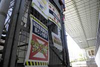 塗装工事が進められている首都高7号小松川線の高架下。鉛を含んだ塗料をはがす作業中であることを知らせる掲示がされていた=東京都墨田区と江東区の区境で4月16日、大久保昂撮影