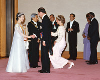 Emperor Akihito and Empress Michiko greet Britain's Prince Charles and Princess Diana at a banquet after his official enthronement ceremony at the Imperial Palace in Tokyo on Nov. 12, 1990. (Photo courtesy of the Imperial Household Agency)