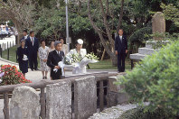 Emperor Akihito and Empress Michiko offer bouquets to the Himeyuri Monument, a cenotaph for female student corps members that served as nurses for Japanese soldiers during the Battle of Okinawa in 1945, in the prefectural city of Itoman on April 23, 1993, during the first ever visit by an emperor to Okinawa. (Mainichi)