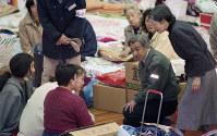 Emperor Akihito and Empress Michiko speak to survivors of the Jan. 17, 1995 Great Hanshin Earthquake at a municipal gymnasium used as an evacuation center in the city of Nishinomiya, Hyogo Prefecture, on Jan. 31, 1995. (Mainichi/Kenjiro Sato)