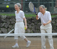 Emperor Akihito and Empress Michiko enjoy playing tennis at the court where they met for the first time in the town of Karuizawa, Nagano Prefecture, on Aug. 24, 2010. (Mainichi/Koichiro Tezuka)