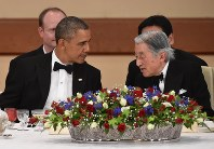 Emperor Akihito chats with U.S. President Barack Obama, who was officially visiting Japan, at a banquet at the Imperial Palace in Tokyo on April 24, 2014. (Pool photo)