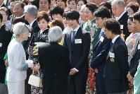 Emperor Akihito and Empress Michiko talk with two-time Olympic figure skating gold medalist Yuzuru Hanyu, center, at the spring garden party at Akasaka Palace in Tokyo, on April 25, 2018. (Mainichi/Junichi Sasaki)