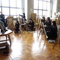 モデル(左)をじっと見つめながらデッサンする美術科の生徒たち=兵庫県立明石高校で、三角真理撮影