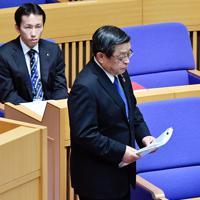 辞職願が堺市議会で同意され、自席に戻る竹山修身市長(右)=2019年4月26日午後1時57分、猪飼健史撮影