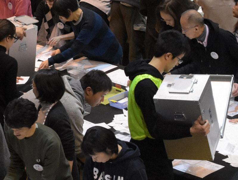 札幌市で未明まで進められた開票作業。事前の世論調査と投票行動は、どう違っていたのだろうか=同市中央体育館で2019年4月7日午後9時10分、澤俊太郎撮影