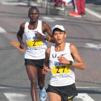 福岡国際マラソンで力走する大迫傑(手前)=福岡市東区で2017年12月3日、森園道子撮影