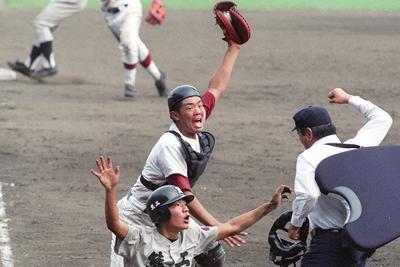 1996年夏の甲子園決勝、松山商-熊本工。十回裏熊本工1死満塁、右飛で三塁走者がホームを突くが右翼手の好返球でタッチアウトに。十一回表に松山商が3点を勝ち越し優勝した=阪神甲子園球場で