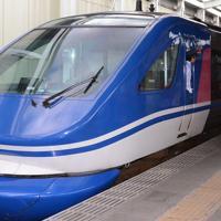 青と白のツートンカラーがまぶしい特急スーパーはくと=JR鳥取駅で、川瀬慎一朗撮影