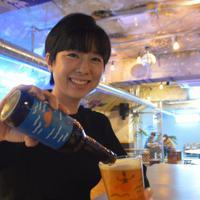 大江ペールエールを注ぐキム・ヒユン共同代表=ソウルのザ・ブース光化門店で、堀山明子撮影