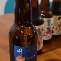 瓶のラベルに赤字で「検閲済み」のシールを貼った「大江ペールエール」=ソウルで、堀山明子撮影