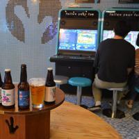 大人の遊び場をテーマにした店内では、カップルがビールを飲みながらゲームを楽しむ姿も=ソウルのザ・ブース光化門店で、堀山明子撮影