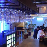 大人の遊び場をテーマにした広い店内。手前には1人で飲めるカウンター席も=ソウルのザ・ブース光化門店で、堀山明子撮影