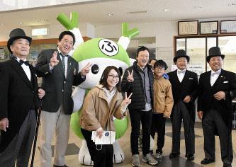渋沢栄一に扮したシルクハット姿の3人や小島進市長(左から2人目)らと写真を撮る来場客=埼玉県深谷市下手計の渋沢栄一記念館で2019年4月28日