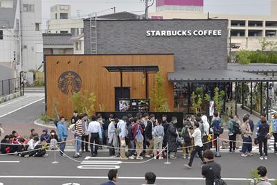 鳥取に初進出したスターバックスコーヒーに長蛇の列をつくる市民ら=鳥取市で平成27(2015)年5月23日、高嶋将之撮影