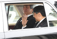 Crown Prince Naruhito, who assumes the role of Emperor from May 1, enters the Imperial Palace by car from the Hanzomon gate, on April 30, 2019. (Mainichi/Kazuki Yamazaki)