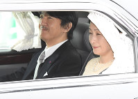 Prince Akishino, the second son of Emperor Akihito and second in line to the throne, and his wife Princess Kiko are seen entering the Imperial Palace via the Hanzomon gate by car, on April 30, 2019. (Mainichi/Kazuki Yamazaki)