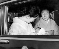 Prince Hiro (Naruhito), born on Feb. 23, 1960, and his mother Crown Princess Michiko leave the Hospital of the Imperial Household in the Imperial Palace grounds in Tokyo, on March 12, 1960. (Mainichi)