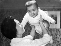 Five-month-old Prince Hiro (Naruhito) is thrown in the air by Crown Princess Michiko in Karuizawa, Nagano Prefecture, in August 1960. (Photo courtesy of the Imperial Household Agency)