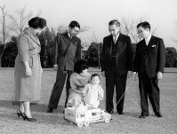 From left, Empress Nagako, Crown Prince Akihito, Crown Princess Michiko, Prince Hiro (Naruhito), Emperor Hirohito and Prince Yoshi (second son of Emperor Hirohito) gather to celebrate Prince Hiro's first birthday at the Imperial Palace in February 1961. (Photo courtesy of the Imperial Household Agency)