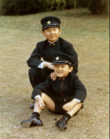 Prince Hiro (Naruhito), rear, and Prince Aya (Fumihito) are seen at their residence in Tokyo's Minato Ward in April 1972. That month, the former went on to Gakushuin Boy's Junior High School and the latter entered Gakushuin Primary School. (Photo courtesy of the Imperial Household Agency)