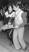 Prince Hiro (Naruhito) and his favorite singer Yoshie Kashiwabara enter the Tokyo Kosei Nenkin Kaikan hall for the latter's concert on Oct. 19, 1986. (Pool photo)