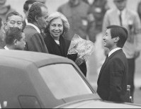 New Crown Prince Naruhito welcomes Spain's King Juan Carlos and Queen Sofia upon their arrival at Haneda Airport on Feb. 22, 1989, to attend the funeral of Emperor Hirohito. (Mainichi)