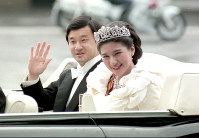 Crown Prince Naruhito and Crown Princess Masako are seen at the start of a procession following their wedding ceremony at the Imperial Palace in Tokyo, on June 9, 1993. (Mainichi/Jun Sekiguchi)