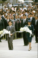 Crown Prince Naruhito, left, and Crown Princess Masako prepare to present bouquets at the cenotaph for the victims of the Hiroshima atomic bombing, in Hiroshima Peace Memorial Park on Oct. 1, 1994. (Mainichi/Shozo Ushioda)