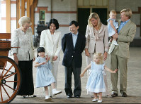 Crown Prince Naruhito, fourth from left, Crown Princess Masako, third from left, and Princess Aiko, second from left, visit a Dutch royal carriage house, guided by Dutch Queen Beatrix, left, and the family of Dutch Crown Prince Willem-Alexander, in Apeldoorn, the Netherlands, on Aug. 18, 2006. (Pool photo)