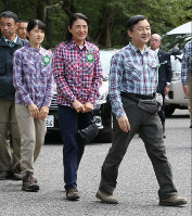 From right, Crown Prince Naruhito, Crown Princess Masako and Princess Aiko arrive at Kamikochi Bus Terminal, the venue of a ceremony to celebrate the first Mountain Day, in the city of Matsumoto, Nagano Prefecture, on Aug. 11, 2016. (Pool photo)