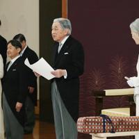 「退位礼正殿の儀」でお言葉を述べられる天皇陛下=皇居・宮殿「松の間」で2019年4月30日午後5時7分(代表撮影)