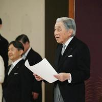 「退位礼正殿の儀」でお言葉を述べられる天皇陛下=皇居・宮殿「松の間」で2019年4月30日午後5時8分(代表撮影)
