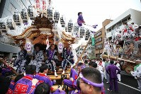Revelers carry a portable shrine through the streets of Kobe's Higashinada Ward to celebrate the beginning of the Reiwa era on May 1, 2019. (Mainichi/Yohei Koide)